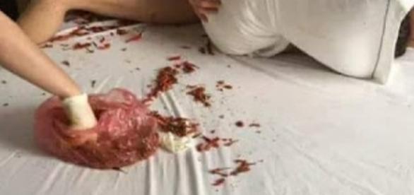Jovem é castigada com pimenta-malagueta (Foto: Reprodução)