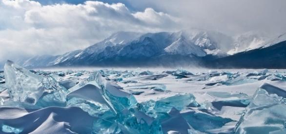 Lago Baikal in Siberia durante lo scioglimento primaverile.