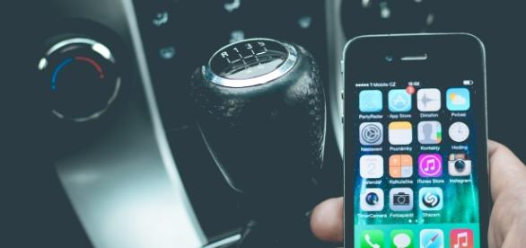 Copyright Pexels: aggravio delle sanzioni per l'uso del cellulare alla guida.