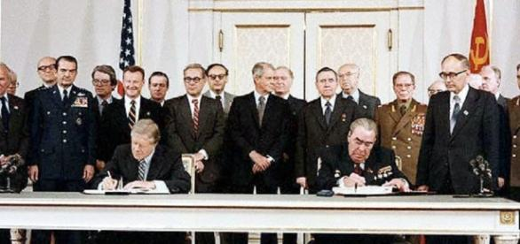 Jimmy Carter and Soviet leader Brezhnev sign Salt II (United States Government)