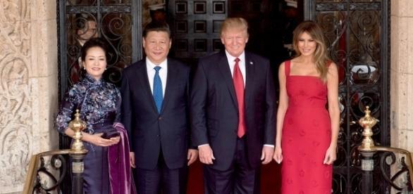 Peng Liyuan, Xi Jinping, Donald Trump and Melania Trump at the entrance of Mar-a-Lago - Photo by D. Myles Cullen Via Wikimedia