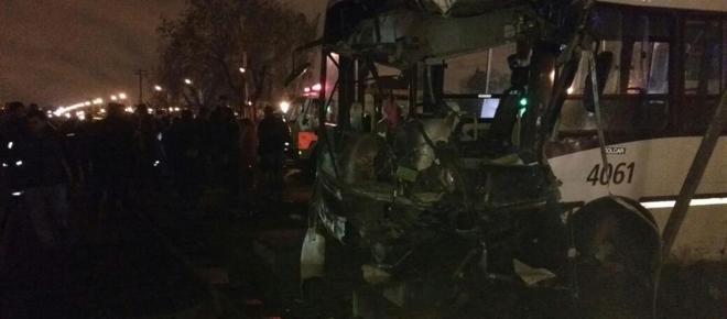 Dos muertos y varios heridos tras el choque de un tren y un colectivo