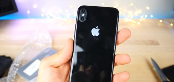 Apple iPhone 8 will ship with shiny and soft design [Image via EverythingApplePro/YouTube]