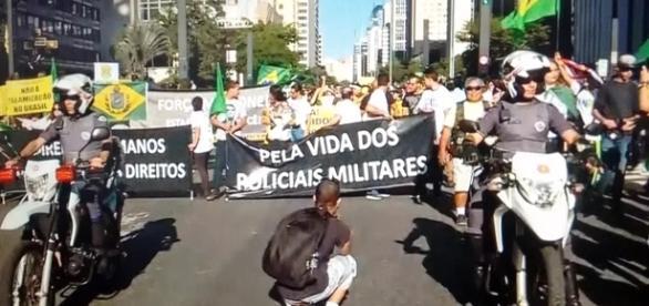 Grupo protesta contra morte de PMs e pede intervenção militar (Foto: Captura de vídeo/TV Globo)