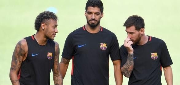 """Messi e Suarez conversam com Neymar que supostamente disse: """"vou ficar"""". ( Foto: ghanasoccernet)"""