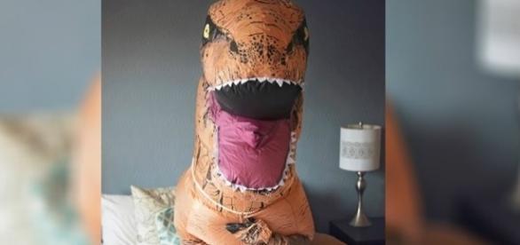 Para ser original, ela decidiu se fantasiar de T-Rex para um ensaio sensual