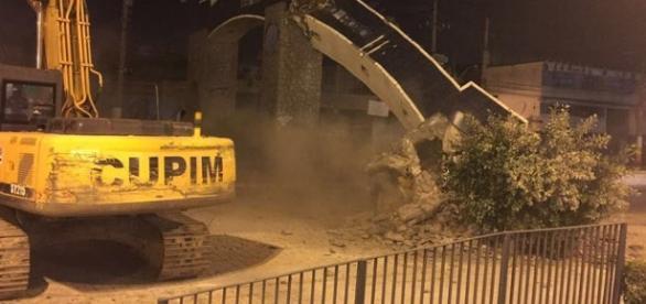 Pórtico de Belford Roxo é destruído na calada da noite