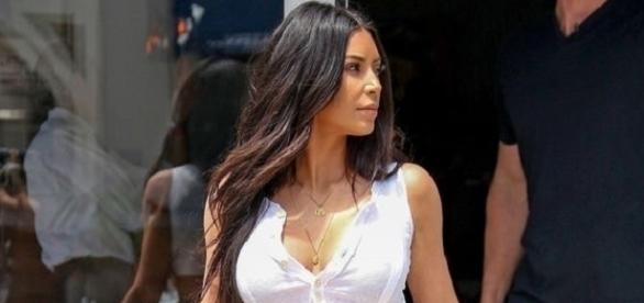 Kim Kardashian e sua cinturinha fina (Foto: Backgrid)