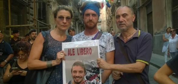 Un momento di un presidio per la liberazione dei 6 giovani italiani detenuti in Germania (Foto FB Claudia Urzì)