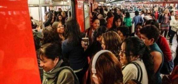 Los vagones para uso exclusivo de mujeres, suelen estar en la punta del andén - siempre889.mx
