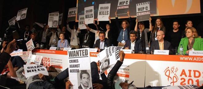 Des activistes manifestent contre le laboratoire Gilead