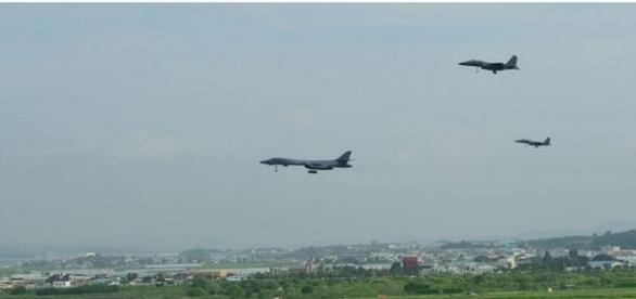 Spectacol de forță al bombardierelor B1-B ca răspuns la testul cu rachetă trimis de Coreea de Nord către Japonia - (Foto: US DOD/PACAF)