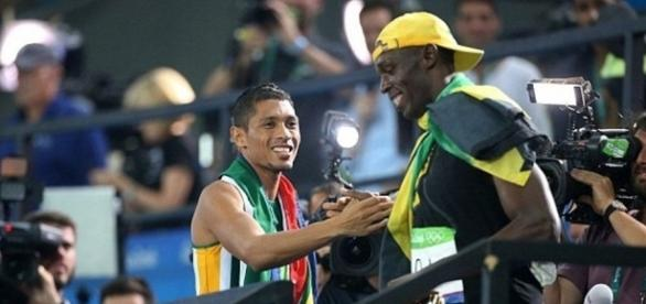 Wayde van Niekerk reçoit les félicitations d'Usain Bolt (via Getty Image / buzzsouthafrica.com)
