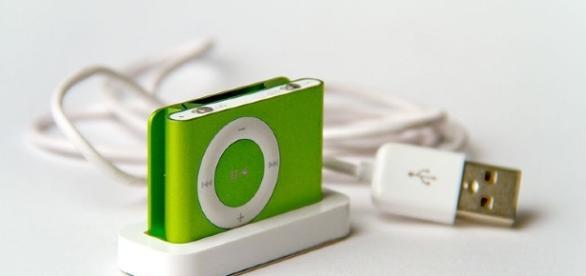 Apple iPod Shuffle second generation green Perspective. Source Feureu via Wikimedia Commons
