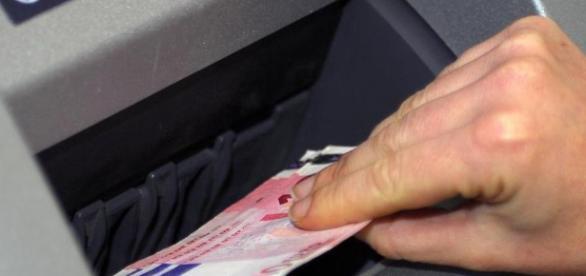 Ruba il bancomat di un'anziana e le sottrae mille euro | Il Mattino - ilmattino.it
