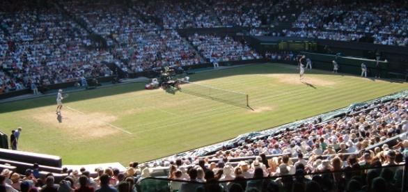 Federer serve Wimbledon 2006 - CC BY
