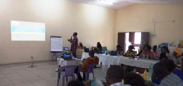Le Docteur Hilaire Kamga lors de l'atelier de formation de femmes journalistes (Crédit photo : Odile Pahai)