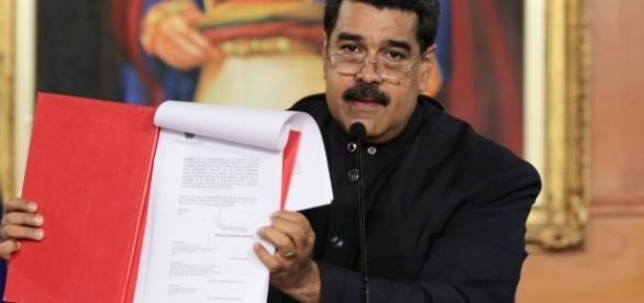 Maduro firma el decreto para convocar a una Asamblea Constituyente // foto: televisa.com