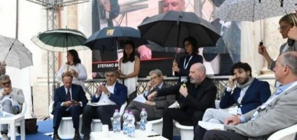 Sulmona: un'immagine delle ombrelline che riparano i politici