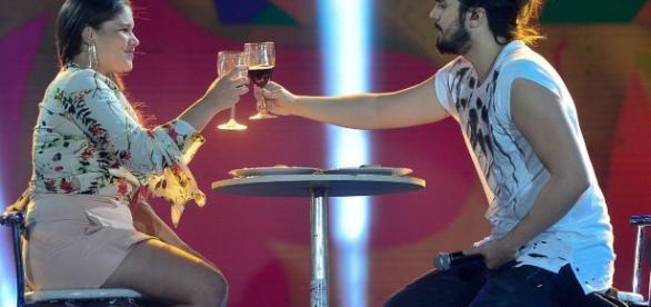 Luan Santana e a companhia de uma fã (Foto: Reprodução)