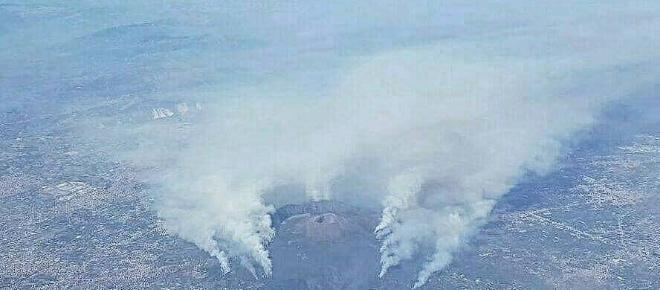 Cenere scende giù come neve a causa degli incendi sul Vesuvio