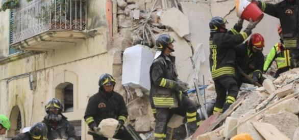 Crollo palazzo a Torre Annunziata