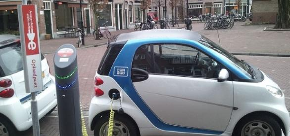 Electric car (Ludovic Hirlimann wikimedia)