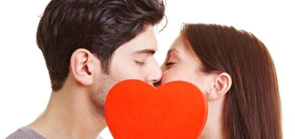 Benefícios do beijo na boca são inúmeros