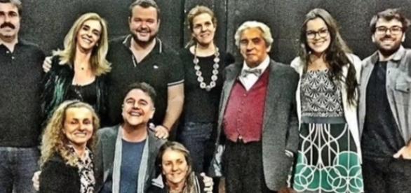 Emilly Araújo ao lado do roteirista Marcello Bosschar
