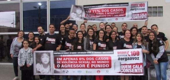 Jovens reunidos em nome de projeto que visa combater o abuso e a exploração sexual infantil (Foto: Reprodução)