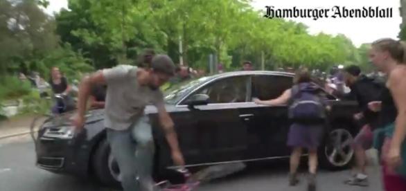 Auto dyplomaty wjeżdża prosto w lewicowe bojówki (źródło: youtube.com).
