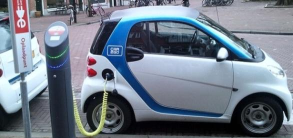 Electric car charging Amsterdam (wikimediacommons)