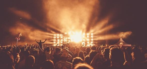 Billie Joe Armstrong, explica por qué Green Day no canceló su presentación tras la muerte de un acróbata en el Festival Mad Show.