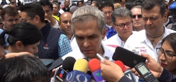 Mancera en entrevista con medios de información.