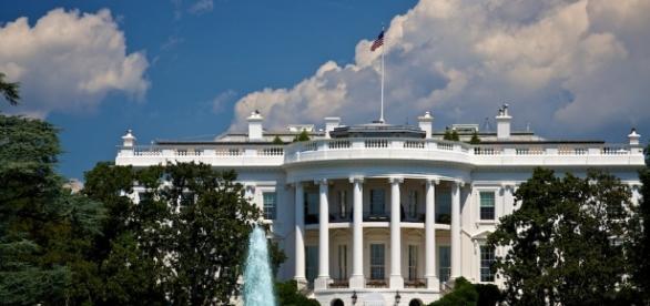 https://upload.wikimedia.org/wikipedia/commons/4/4d/White_House%2C_Blue_Sky.jpg