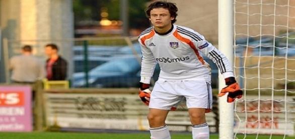 Mile Svilar, guarda redes do Anderlecht, a caminho da Luz.