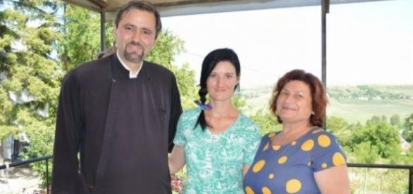 Paraschiva Apostol alături de părinţii ei spirituali, preotul Paraschiv şi profesoara Cozma - FOTO: Simona Voicu (www.adevarul.ro)