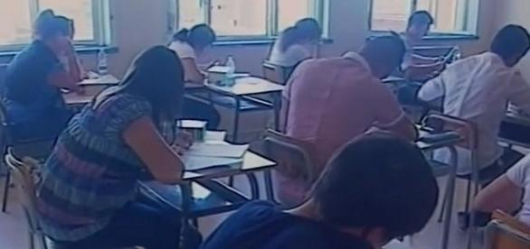 Studenti impegnati in un test scritto