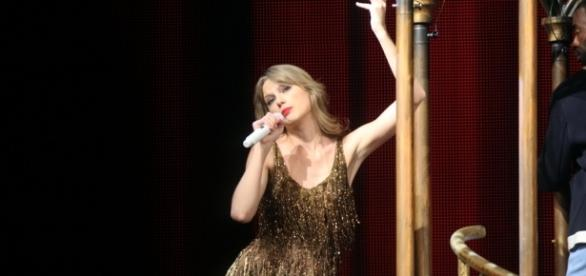 Taylor Swift performance / Photo via Eva Rinaldi, Wikimedia Commons