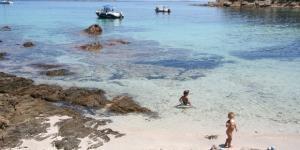 Nella spiaggia di Carataggio, in Corsica, un ristoratore non ha gradito la presenza di nudisti e gli ha sparato.
