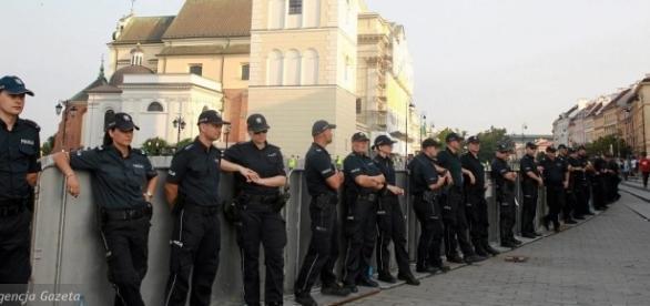 Miesięcznice ochraniane są przez policję (fot. wyborcza.pl)