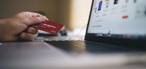 Online shopping has many our lives easier but we must watch out for things like scams. (image source: Pexels/negativespace.co)