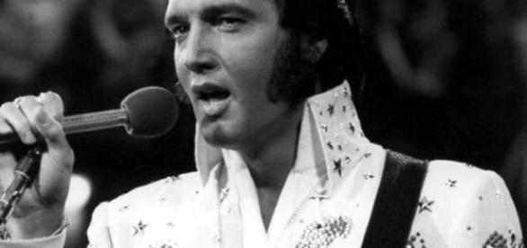 Elvis Presley scomparso 40 anni fa, per i suoi seguaci non è morto. Ultimo 'avvistamento' su Marte.