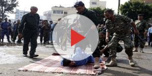 Após ser morto em praça pública, corpo do pedófilo foi pendurado em um guindaste