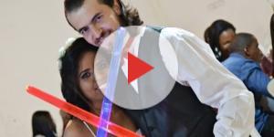 Foto do casal após a apresentação da luta típica dos filmes de Star Wars