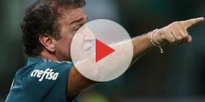 Técnico Cuca em ação em jogo contra o Barcelona