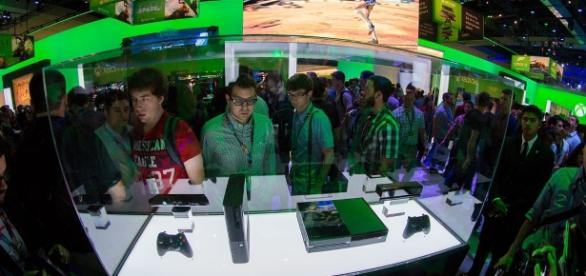 Xbox 360 E and Xbox One hardware at E3 2013. [image via dalvenjah, Wikimedia Commons]