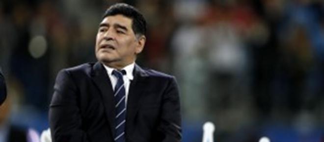 Diego Armando Maradona muestra su talento en entrenamiento