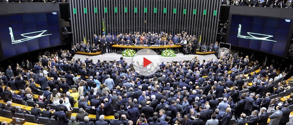 Parlamentares devem 33 milhões à União