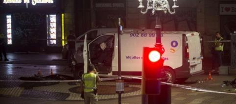 Attentato di Barcellona: è ancora in fuga il conducente del furgone che dopo la strage rideva. Foto: Tgcom24.